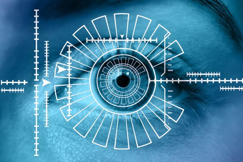 Oko na niebieskim tle. Na nim geometryczne wzory
